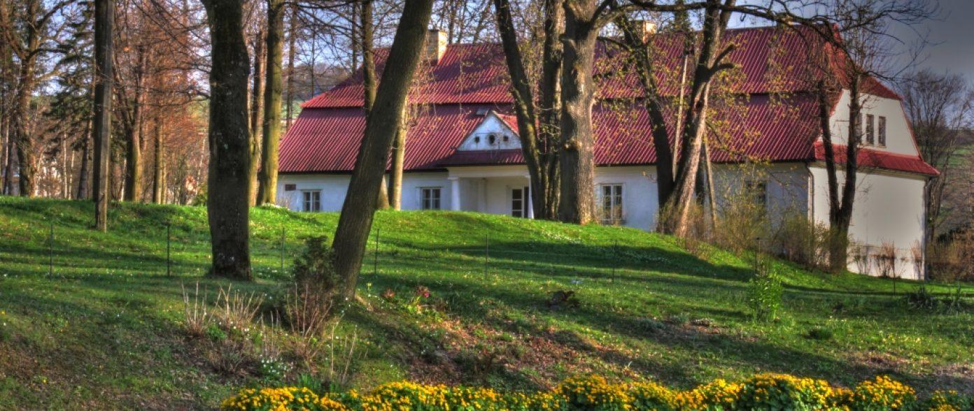 Murowany dwór klasycystyczny z I połowy XIX wieku oraz otaczający go park z cennym starodrzewem
